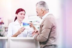 Fachowy konsultant radzi produkt senior zdjęcie stock