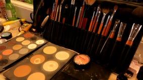 Fachowy kosmetyka makeup artysta na stole w studiu Stubarwna pomadka, cienie, podstawa w makijażu zbiory