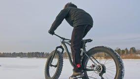 Fachowy krańcowy sportowa rowerzysta jedzie grubego rower wewnątrz outdoors Cyklista przejażdżka w zimie na śniegu lodzie Mężczyz zbiory