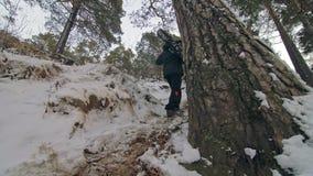 Fachowy krańcowy sportowa rowerzysta znosić grubego rower w górę góra w plenerowym Cyklisty spacer w zima śnieżnym lasowym mężczy zdjęcie wideo