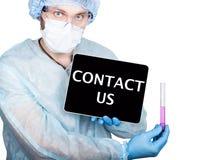 Fachowy lekarz medycyny pokazuje pastylka komputer osobistego i kontaktuje się my znak pokaz, odosobniony na bielu obraz royalty free
