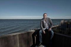 Fachowy mężczyzna siedzący morzem zdjęcie royalty free