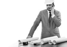 Fachowy męski architekt używa jego mądrze telefon Zdjęcie Royalty Free
