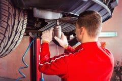 Fachowy męski auto mechanik w jednolitym działaniu pod a Zdjęcia Royalty Free