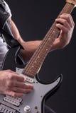 Fachowy męski gitarzysta bawić się z Zdjęcie Royalty Free