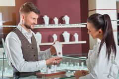 Fachowy męski jubiler pomaga jego żeńskiego klienta przy sto obraz stock