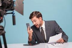 Fachowy męski newscaster jest pieniący przy Zdjęcia Stock