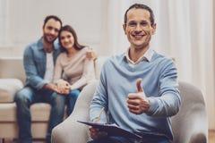 Fachowy męski psychologa ono uśmiecha się zdjęcie royalty free