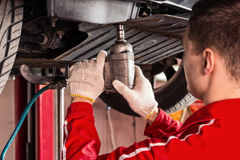 Fachowy męski samochodowy mechanik w jednolitym działaniu pod l Zdjęcia Stock