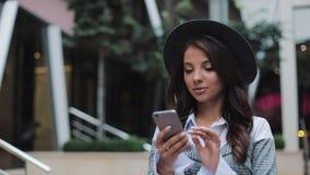 Fachowy młody bizneswomanu odprowadzenie na miastowym ulicznym używa smartphone Pojęcie: nowy biznes, komunikacja, bankowiec zdjęcie wideo