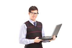 Fachowy młody człowiek trzyma laptop Zdjęcia Royalty Free