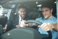 Fachowy młody męski handlowa sprzedawania samochód klient Obraz Stock