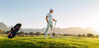 Fachowy męski golfista na polu Zdjęcia Royalty Free