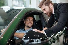Fachowy męski handlowa sprzedawania samochód klient Obraz Royalty Free