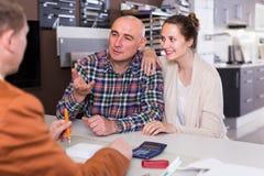 Fachowy męski sklepowy asystent pracuje z klientem w sklepie Obraz Stock
