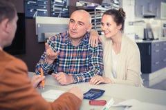 Fachowy męski sklepowy asystent pracuje z klientem w sklepie Obrazy Stock