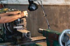 Fachowy machinist: obsługuje operacyjną tokarską szlifierską maszynę - metalworking przemysłu pojęcie Budowy Maszyn kontrolny lat obrazy stock