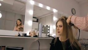 Fachowy makeup artysta i hairstylist tworzymy pięknego wizerunek dla pięknej młodej dziewczyny zbiory