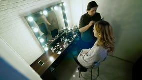 Fachowy makeup artysta pracuje z piękną młodą kobietą zbiory wideo