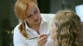 Fachowy makeup artysta robi makeup młodej kobiety wargom z warga ołówkiem zbiory