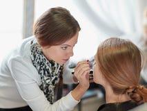 Fachowy makeup artysta robi makijażowi w piękno salonie obraz royalty free