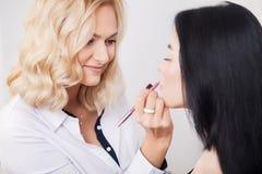Fachowy makeup artysta stosuje pomadkę obraz stock