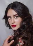 Fachowy makeup dla kędzierzawej brunetki obrazy royalty free