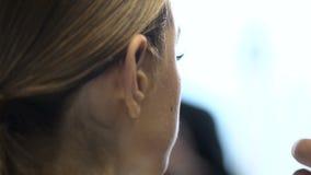 Fachowy makijażu artysta przy praca bawełnianego ochraniacza zbliżeniem cropped na zakulisowym moda tydzień zbiory
