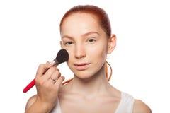 Fachowy makijażu artysta robi splendorowi z czerwienią Obrazy Stock