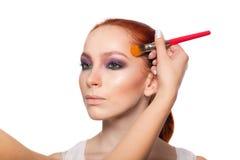 Fachowy makijażu artysta robi splendorowi z czerwienią Zdjęcie Stock