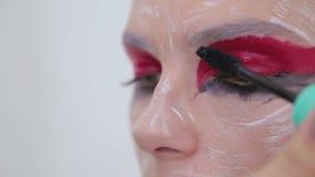 Fachowy makijażu artysta stosuje tusz do rzęs na rzęsach model zbiory