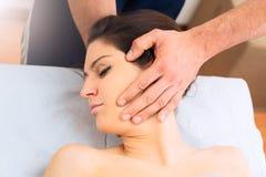 Fachowy masaż przy szyją kobieta Fotografia Stock