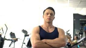 Fachowy mięśniowy osobisty trener pozuje, gym usługa, sport motywacja zdjęcie stock