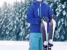 Fachowy narciarka sportowa nastolatek w sportswear pozycji z nartą na zima śnieżnym lesie zdjęcie stock