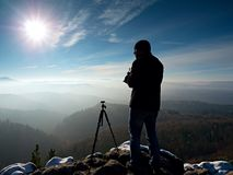 Fachowy natura fotograf na śnieżnej falezie Zdjęcie Stock