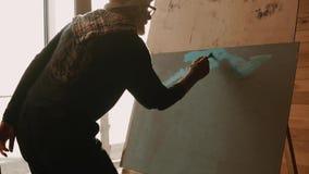 Fachowy obrazu nauczyciel demonstruje dlaczego stosować nafcianą farbę na kanwie zdjęcie wideo