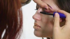 Fachowy oka makeup tusz do rzęs zastosowania model patrzeje prosto przy kamerą - pracuje w piękno przemysłu mody kosmetykach zdjęcie wideo
