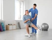 Fachowy physiotherapist pracuje z starszym pacjentem fotografia royalty free
