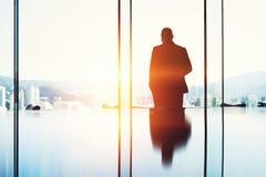 Fachowy pośrednik handlu nieruchomościami czeka klienta w luksusowym mieszkaniu Obrazy Royalty Free