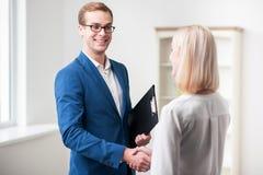 Fachowy pośrednik w handlu nieruchomościami sprzedaje dom Obrazy Stock