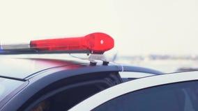 Fachowy policjanta dostawania wezwanie o sytuacji awaryjnej i dostawać w samochód zbiory wideo