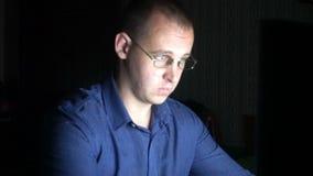 Fachowy programista w szkłach pracuje na komputerze w cyber ochrony centrum zdjęcie wideo