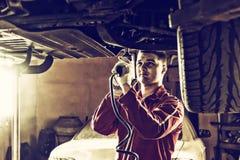 Fachowy przystojny męski auto mechanik w jednolitym pracującym unde Fotografia Stock