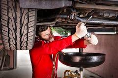 Fachowy przystojny męski samochodowy mechanik w jednolitym działaniu Obraz Royalty Free