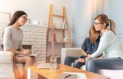 Fachowy psycholog opowiada z nastolatek chłopiec, jego i matka Zdjęcia Royalty Free