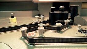 Fachowy Retro Maszynowy stół dla transmitować starego filmu film, początku działanie zbiory wideo