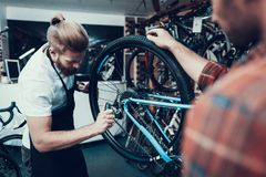 Fachowy roweru Repairman dylemata cykl w warsztacie zdjęcia stock