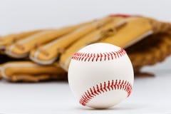 Fachowy rzemienny baseball i rękawiczka odizolowywający na białym tle obraz royalty free