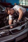 Fachowy samochodowy technik podczas pracy zdjęcie stock