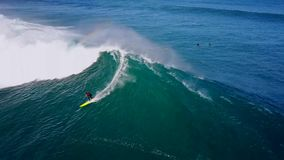 Fachowy surfingowa szybownictwo w ogromnych białych foamy fala bryzga w głębokiej błękitnej turkusowej ocean wodzie w 4k anteny s zdjęcie wideo